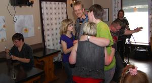 Kontakt. Dans ger kontakt. Även mellan dansparen. Här dansar Catrin Fjellström med Johan Persson och samspråkar med Christian Andersson och Marie Torstensson, med ryggen mot kameran.