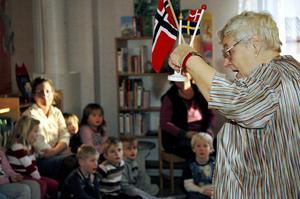 Föreningen Nordens Barbro Resare visade de nordiska flaggorna för barnen.