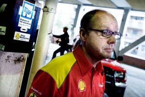 """Martin Kluge, stationschef på Shell i Öster- sund, väljer att stå utanför det nya kamerasystemet ett tag till. """"Men eftersom det här är ett problem  i hela branschen skulle det vara bra att vara med för att hjälpa varandra"""", säger han.Foto:  Lars-Eje Lyrefelt"""