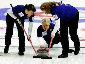 Skippern Anette Norberg, i mitten, med lagkamraterna Cathrine Lindahl och Margaretha Sigfridsson under finalen mot Kina.Foto: Scanpix