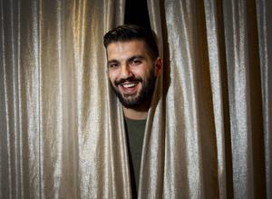 Behrad Rouzbeh är toppnamnet för torsdagens komedikväll på Railway saloon. Han har tidigare medverkat i bland annat Raw comedy club på Kanal 5.