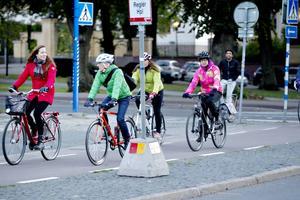 Slow Roll Gävle arrangerar cykelturer där du kan cykla i lugn takt tillsammans med andra i stadsmiljö.                  Här kommer reportern Anne Sjödin, initiativtagaren Dan Magnusson, Desirée Magnusson, Kerstin Nyegårdh och Kei Mohebi.