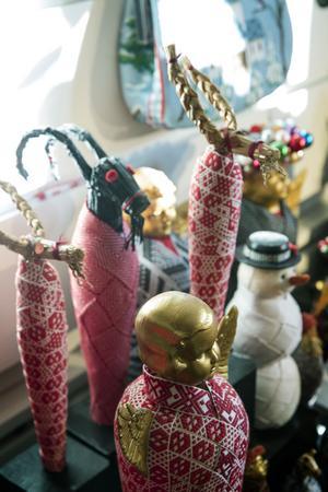 Karin gör julmumier av alla julpynt. Tomtar, halmbockar,  snögubbar och Jesusbarnet blir mumier inlindade i dräktband.