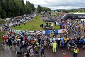 Starten för den femte Cykelvasan, 10 900 åkare ger sig iväg mot Mora.