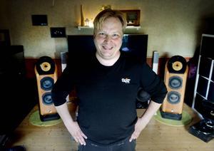 Mikael Svensson i vardagsrummet med sina senaste högtalare, Bowers & Wilkins 802 Diamond i körsbärsträ. Med sina 72 kilo som fundament, levererar de ljud i absolut toppklass.