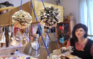 Ingrid Söderberg lär ut hur man skapar blommor av boksidor.