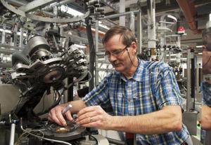 XOperatören Bengt-Olof Widgren lagar en stickmaskin för sockor.