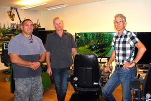 Arona Marsters och Richard Stringfellow från Nya Zeeland till vänster. Till höger Anders Öberg, simulatoransvarig i Älvdalen.