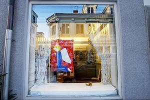 Aino Näslund gör sin tionde julskyltning i fönstret på Svenssons Ramar. I år handlar det om änglar.