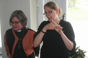 Sofia Aspling berättar om socknen och kyrkan. Carina Eriksson förmedlar budskapet.