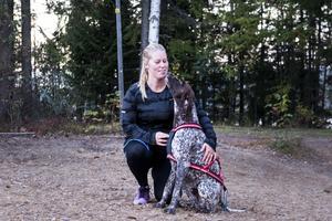 Elin Nyhlén med hunden Kallax, döpt efter flygplatsen i Luleå.