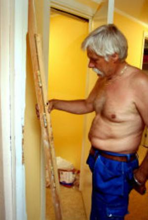 Östen Wicksell kan bara konstatera att karmen gett vika vid en av de 16 dörrarna som tjuvarna brutit upp.