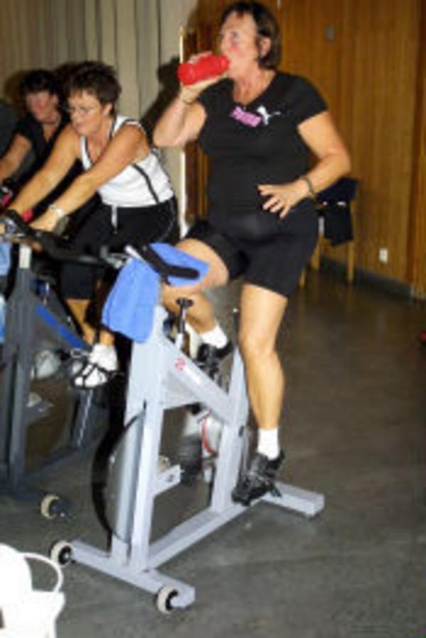 Lisbeth Boman, Sundsvall, i vit tröja cyklade bredvid Ann Knochenhaur som passade på att återställa vätskebalansen.