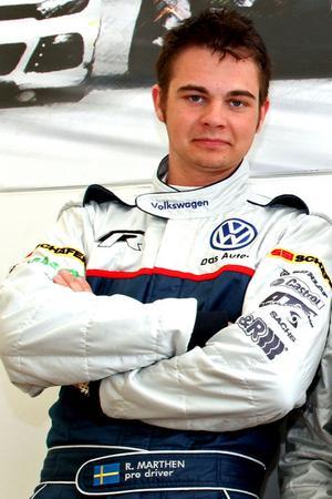 Rasmus Mårthen slutade fyra i premiärracet i nystartade Volkswagen Castrol Cup. I den andra finalen noterade Moraföraren snabbaste varv, men körde in i en konkurrent på sista varvet och tog sig inte i mål där.