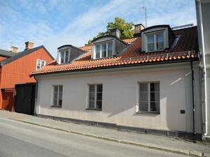 Topp Renoverat - Gamla Tullen är en gedigen byggnad uppförd 1768 i bastant slaggsten.