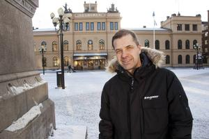 Anders Lövgren älskar Sundsvall så mycket att han numera kan leva på det. Genom varumärket Heja Sundsvall! har han skapat en unik affär som såväl han själv som Sundsvalls kommun och företag i stan drar nytta av.