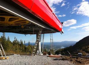 Sadelliftens bergstation monteras av Leitners italienska experter. Utsikten är suverän.