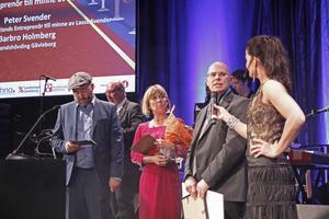 Årets entreprenör är ett pris som delas ut till företagaren Lasse Svenders, Ljusdals, minne. Programledare Pär Johansson tillsammans med landshövding Barbro Holmsten och Peter Svender, samt programledare Agneta Sjödin.