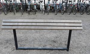 Lutande bänk i Gävle centrum.