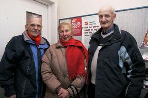 Rolf och Anna-Lisa Qvick och Ingvar Bergström skyndade in till värmen och ljusen. Ute var det iskallt detta år och mycket snö.