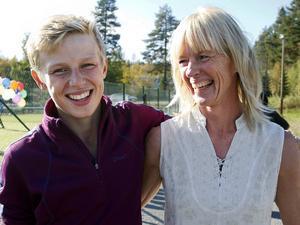Åsa Jonsson tillsammans med en av sina söner, Carl, som är 14 år. Båda är nöjda med att projektet står klart och att Svenstavik får en ny samlingsplats för både unga och äldre.