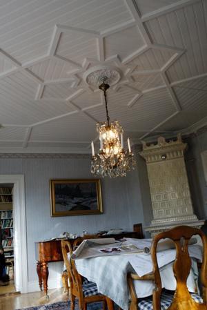 I paradvåningen finns det ett vackert tag i pärlspont.