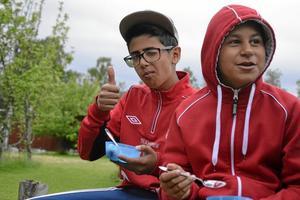 """Sista timmen med gänget. Tareq Hameed och Mohamed Al-Ameeri njuter av glass och jordgubbar. """"Lägret har varit bra, det är jättetrevliga ledare här"""" säger Mohamed."""