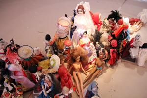 Närbild av installationen med dockor från hela världen.