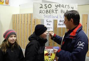 – Mmm, that was tasty, sa Viktor Hägg som passade på att smaka på haggis på Engelska skolans öppna hus i går. Pappa Stefan och lillasyster Karin var nästan lika förtjusta.