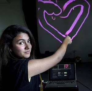 - Det är roligt och annorlunda, sa Xemlin Erdogan om skoldagen i kulturhuset. Hon testade att rita ett hjärta under workshopen i lasergraffiti.