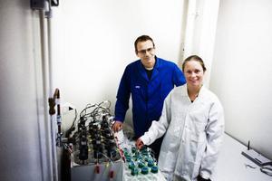 Tomas Östberg och Ida Sjölund har nu byggt upp den maskin som mäter biogasflödet.