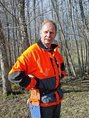 Tomas Gullberg är verksamhetsledare på föreningen Säker skog. Han har tagit emot många telefonsamtal om motorsågskörkortet och säger att lagen är komplicerad.