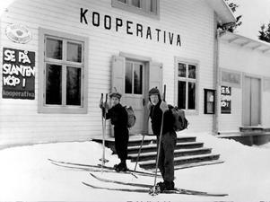 Bilden var omslagsbild i Konsumentbladet nummer 10 år 1933. Nils Johan Nyman Karlén och Johan Berglund åkte fem mil på skidor tur och retur för att handla i butiken i Offerdalsberg. Ur Konsums fotoalbum/Jamtli bildarkiv.