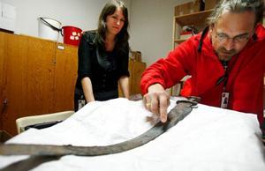 Amanda Jönson och Anders Hansson på Jamtli har åtskilliga ben- och hornbitar och inte minst ett välbevarat vikingasvärd bland de nyupptäckta fornlämningarna i länet.