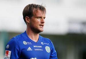 Eric Larsson byter GIF Sundsvalls blåa tröja mot Malmö FF:s himmelsblå dito. Foto: Therése Ny/TT Nyhetsbyrån.