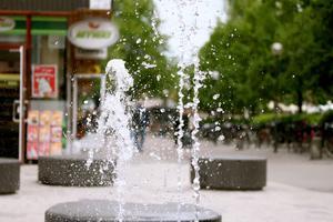 När jag sitter och väntar på en väninna plockar jag fram min kamera och försöker fånga vattendroppar från en fontän.
