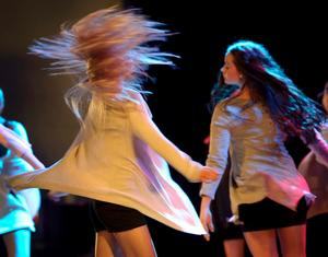 Gruppdans från Örebro kulturskolas danselever på Konserthusets stora scen.