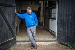 35 år på Askö. Nu går Nisses gärning mot sitt slut, men hästarna lämnar han inte helt. Han har fortfarande 15 hästar i sin ägo, och kommer att hjälpa sin mångåriga medhjälpare Ann-Sophie Thiam Aaltonen med hennes start av stuteri och seminverksamhet i Gocksta.
