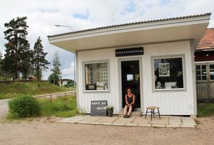 Utställnings- och gårdsbutiklokalen ligger i Långheds gamla mack.