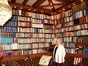 – Jag brukar få frågan om jag läst alla böcker i bokhyllan. Och den vänstra halvan som behandlar juridik har jag läst, den andra halvan om medicin är min mans, säger Anitha Jabin som nu ser fram emot att få tid att läsa annat än facklitteratur.