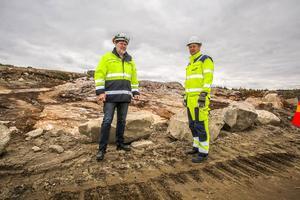 Platschefen Joakim Stenvall och projektledare Kjell Nilsson framför den plats där det nya utskovet ska byggas. Längst upp blir det en lucka på 7X18 meter och sedan en stenkanal ner till den gamla älvfåran. Under arbetet kommer det att sprängas en del sten.