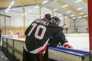 Jonas Wesfält får en kram av en av sina gamla spelare efter matchen.