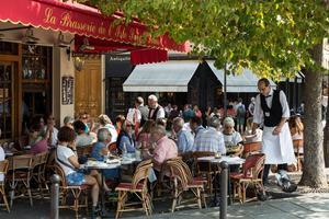 De många trottoarserveringarna är en del av stadens själ och fungerar ofta som ett andra vardagsrum för många parisare.