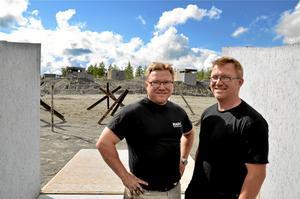 Fejkad skådeplats. – De som deltar gör det för spänningen, en adrenalinkick och med glimten i ögat. Vi räknar med 300–400 deltagare i helgen, säger bröderna Erik och Gunnar Haneskog.