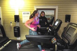Med intervallöpning (löpning med korta pauser inbakat)