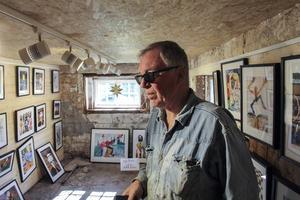 I ladans bottenvåning har Per Sonerud inrett ett litet galleri.