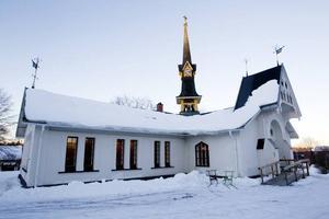 UPPE PÅ KULLEN. Hammarby kapell ligger på en liten kulle på bruket i Hammarby. Brukspatronen Hjalmar Petre och hans hustru Helena Petre lät bygga kapellet redan 1865 och lokalerna fungerade som både skola och gudstjänstlokal.