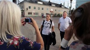 Ulla Zettergren och Inga-Britt Andersson från Uppsala gillade Aftonbladet-fotografen Pernilla Wahlmans tröja med Daniel- och Victoria-motiv. De förevigade Pernilla och reportern Tord Westlund på bild.