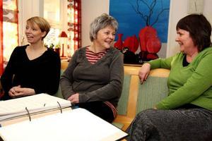 """""""Vi får tigga och be om allt, vi har inte ens en skylt som talar om var vi håller till"""", säger kurator Ellen Anklew och barnmorskorna Kerstin Eriksson och Eva Jonsson."""