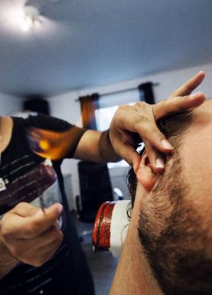 Det hettar till när ÖP:s reporter Magnus Olsve får ett par öronhårstrån avlägsnade.Barberaren Caglayan Calisar ska just till att raka en kund med kniv.